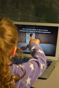 Eine Schülerin beim Anschauen des Cookie-Filmes beim Schüler-Barcamp.