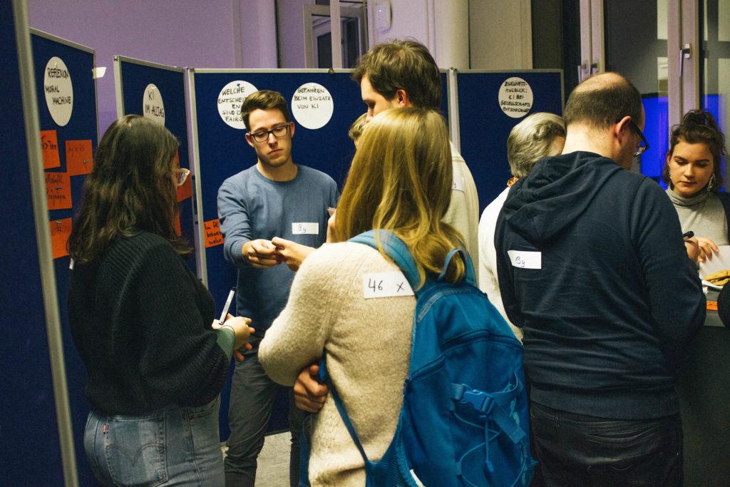 Barcamp-BesucherInnen am Diskussionstisch