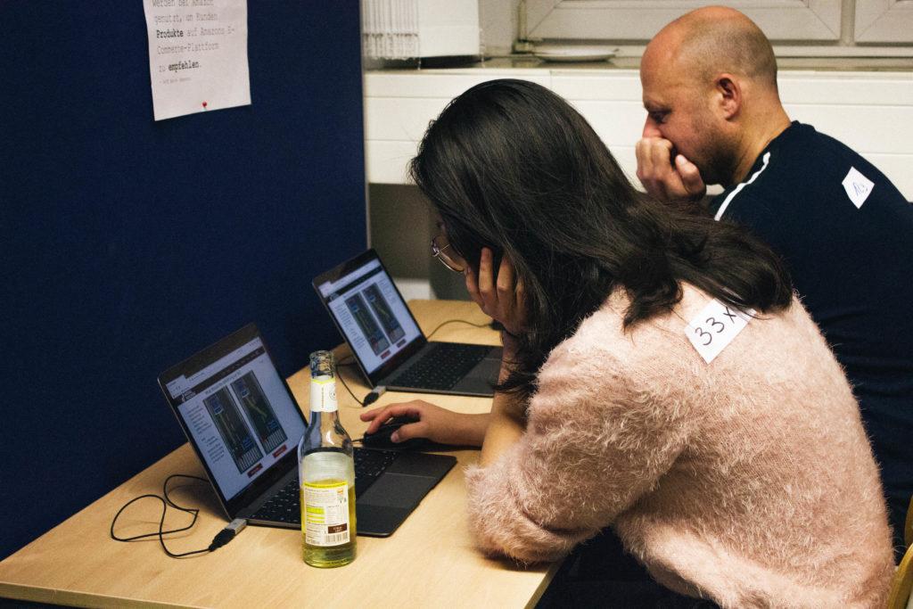 Barcamp-BesucherInnen am Laptop