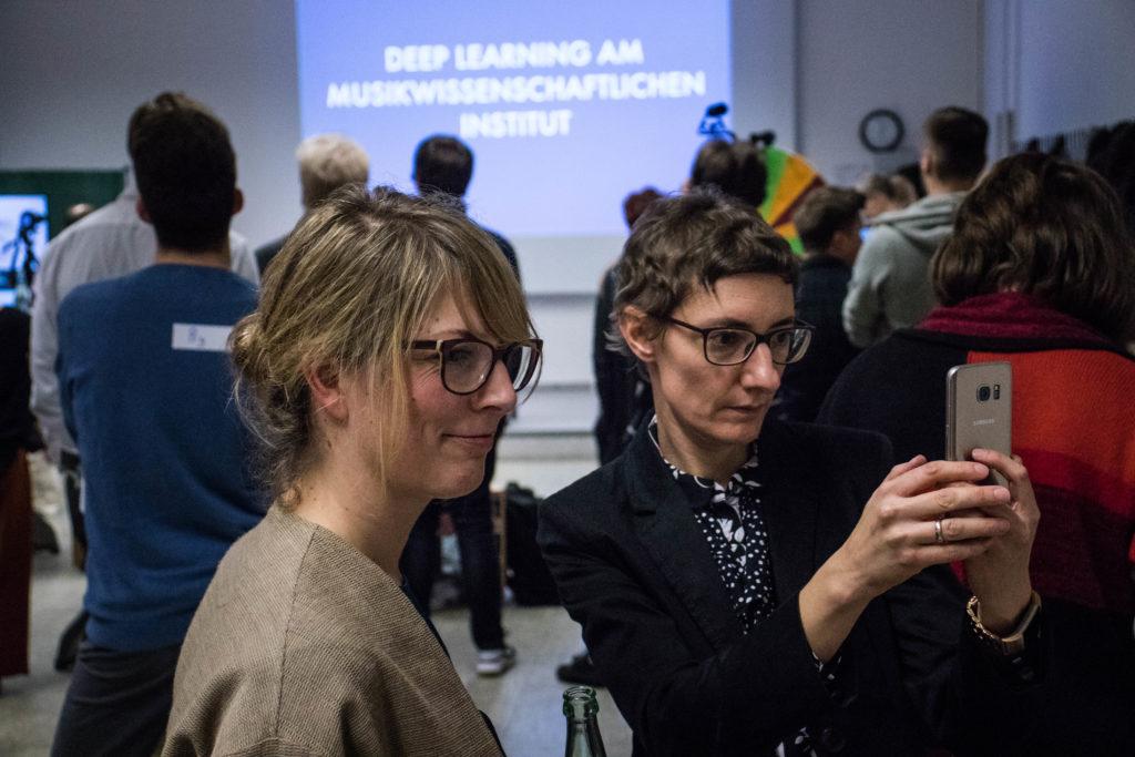Zwei Frauen schauen gemeinsam auf ein Smartphone