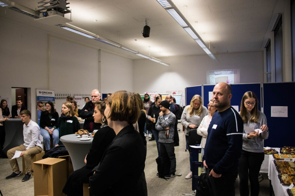 Bild vom Event-Raum mit vielen Zuschauer*innen