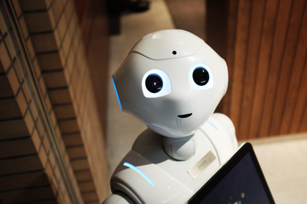 Erwartungsvoll blickender Roboter